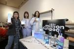 원밀리언이 LG생활건강과 협업한 온라인 전용 화장품 밀리언 뷰티를 들고 기념 촬영을 하고 있다