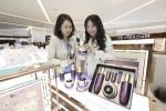 신세계면세점 명동점에 오픈한 예화담 첫 단독매장에서 고객들이 제품을 보고 있다