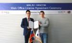 (왼쪽부터)김대기 한글과컴퓨터 COO와 이반 보이초프 메일닷알유 기업 서비스 제품 총괄이 러시아 메일닷알유 본사에서 열린 웹오피스 공급 계약 체결식에서 기념사진을 촬영하고 있다
