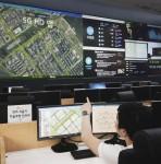 서울교통정보센터 상황실에서 SK텔레콤 직원이 5G 기반 HD맵의 실시간 업데이트 상황을 점검하고 있다