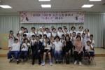 춘천남부노인복지관의 1·3세대 공감·소통 하모니 두레소리 합창단 창단식 참여자들이 단체 기념사진을 찍고 있다