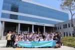 항공안전기술원 청소년 진로체험 프로그램에 참여한 학생들이 기념사진을 찍고 있다