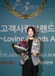 2019 고객사랑브랜드대상 필러 부문 대상을 수상한 멀츠코리아 유수연 대표