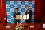 왼쪽부터 김수하 씨아이에스 대표와 이치로 우노 DJK 대표가 유럽 합작회사 설립 계약 체결 뒤 기념사진을 찍고 있다