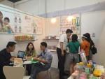 제7회 베트남 국제 베이비 키즈 페어에 참가한 신아기업이 바이어와 상담하고 있다