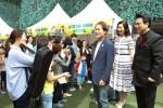 낙원악기상가에서 열린 악기나눔의 날 행사에서 악기를 기부하는 시민들