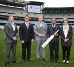 HCL 테크놀로지스와 크리켓 오스트레일리아는 디지털 파트너십을 알리는 기념품을 교환했다. 좌에서 우로: 브래드 호지 전 오스트레일리아 국제 크리켓 선수이자 현 크리켓 코치, 아서