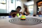 학생이 선과 색을 인지하는 오조봇으로 언플러그드 활동을 하고 있다