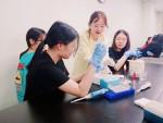 학생들이 미생물분자생명과학 분야 형질전환 실험을 하고 있다
