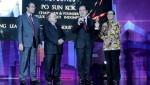 사진 좌에서 우로: 인도네시아 공공사업 및 공공주택 3대 장관 아크바르 탄중, 최고 부동산 지도자 2019상 수상자 폴룩스 프로퍼티 인도네시아 회장 포순콕, 폴룩스 프로퍼티 인도네