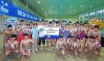 전 장애인 수영 국가대표 김세진이 광주 지역 수영 꿈나무 대상 응원 선물 전달식을 갖고 기념촬영을 하고 있다