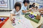 샘표 2019 맛있는 추억을 그리다 전시회에서 아이들이 앞치마를 만들고 있다