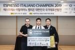 ESPRESSO ITALIANO CHAMPIONSHIP 2019 우승자 김동욱 챔피온이 기념촬영을 하고 있다