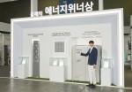 2019 대한민국 에너지대전 삼성전자 부스에서 전시회 최고상인 에너지 대상 및 국무총리상을 수상한 시스템에어컨 4Way 카세트 냉난방기와 에너지 위너상을 받은 DVM-S 고온형 시