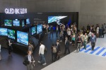 독일 베를린에서 열린 유럽최대 가전전시회 IFA 2019 에서 관람객들이 삼성전자의 QLED 8K TV를 살펴보고 있다