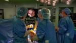 경희대병원 윤경호 주임교수와 의료진들이 카티라이프를 이식하고 있다