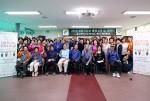 여주시정신건강복지센터 생명지킴이 활동교육 및 번개탄 판매개선 캠페인에서 단체 기념사진 촬영이 이뤄지고 있다