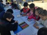 풍속화 그림에 색칠하기를 하고 있는 충주시 어린이들