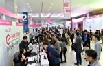 일산 킨텍스 제 1전시장에서 개막한 2019 G-FAIR KOREA 입장을 위해 관람객들이 줄을 서고 기다리고 있다