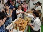 스페인에서 열린 베지 월드 행사 참가자들이 샘표 요리에센스 연두를 활용한 요리를 맛보고 있다