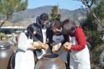 샘표 우리맛 발효학교 수강생들이 장 담그기 실습을 하고 있다