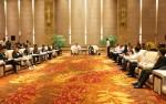회의 참석자들의 보고를 듣고 있는 이춘시 시위원회 서기 옌간후이와 스지화통의 왕먀오통(王苗通) 이사장