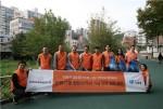 한화큐셀앤드첨단소재 임직원들이 홍제천 일대를 방문해 하천 환경정화사업을 시행하고 있다