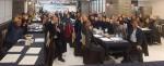 바람의 마을 관계자들 및 60여명의 지역사회 사회 서비스 기관 대표자와 실무자들이 교류협력회의를 개최하고 기념촬영을 하고 있다