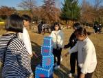 2019년 강원지역 농산어촌 지역 청소년들을 대상으로 진행된 함께해YO! 캠프에 참가한 청소년들이 같이의 가치 프로그램 중 하노의 탑 체험활동을 하고 있다