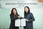 왼쪽부터 김지영 라엘 COO와 어여모 대표 정혜진 약사가 업무 협약을 체결하고 기념촬영을 하고 있다