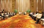 시 각 부처와 업계 대표들의 보고를 듣고 있는 스지화통의 왕먀오통(중앙 왼쪽) 이사장과 이춘시 시위원회의 옌간후이(중앙 오른쪽) 서기