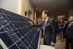 김종갑 한전 사장이 태양광 패널에 기념 사인을 하고 있다