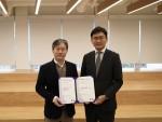 왼쪽부터 한동철 에이써티 대표와 한창준 차이코퍼레이션 대표가 국제표준 정보보호인증 ISO 27001을 획득하고 기념촬영을 하고 있다