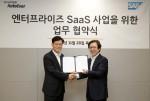 왼쪽부터 오일석 현대오토에버 대표이사와 이성열 SAP 코리아 대표이사가 현대오토에버 본사에서 업무협약을 체결하고 기념촬영을 하고 있다