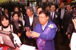 한국간편결제진흥원 이근주 대표가 제로페이 결제 시연을 보이고 있다