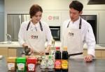 세리나 황이 샘표 우리맛연구팀 연구원과 함께 백김치를 담그고 있다