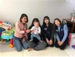 (왼쪽부터)현영희의 키즈맘 대표, 하준(가명), 함께하는 사랑밭 복지사업팀이 물품 전달식을 가졌다
