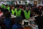 성민무료급식센터에서 현대케피코 밥퍼봉사단이 어르신들께 식사를 대접하고 있다