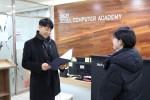 서울정보처리학원 김상원 원장이 성민에듀투게더 학생에게 장학증서를 전달하고 있다