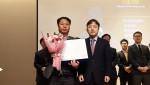 왼쪽 DRB동일 기업문화팀 조현민 이사가 2019년 여가친화기업 인증 획득 기념촬영을 하고 있다