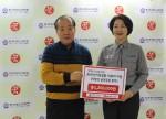 왼쪽부터 효민·형민 남매 아버지에게 한국청소년연맹 황경주 사무총장이 의료비 지원을 위한 후원금을 전달하고 있다