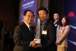 어린이 안경 전문 제조업체 토마토안경이 삼백만불 수출의 탑을 수상했다. 좌측부터 오거돈 부산시장과 김승준 토마토안경 대표