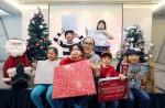 정샘물과 정샘물뷰티 임직원들이 한부모가정과 아동을 위한 크리스마스 파티를 열고 크리스마스 선물 후원금 5000만원을 전달했다. 가운데 정샘물 메이크업 아티스트