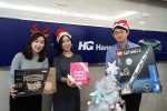 한미글로벌 임직원들이 산타클로스 나눔 경매에 참여하고 기념촬영을 하고 있다