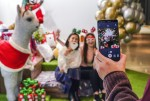 SK텔레콤 홍보모델들이 서울 그랜드워커힐호텔에서 점프 AR 동물원 등 5G 서비스를 체험 하고 있다