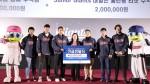 롯데자이언츠 선수들이 한국백혈병어린이재단 박미주 센터장(가운데)에게 기금을 전달하고 있다