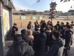 세계문화유산 수원화성에서 해설사의 설명을 경청하고 있는 교사들
