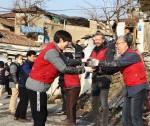 한국지멘스 임직원들로 구성된 '더 나눔 봉사단' 단원들이 서울 노원구 백사마을을 찾아 '사랑의 연탄 나눔' 봉사 활동을 펼치고 있다