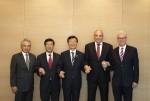왼쪽부터 Bronson Hsieh 양밍 회장 겸 사장, 배재훈 현대상선 사장, 문성혁 해수부장관, Rolf Habben Jansen 하팍로이드 사장, Jeremy Nixon ONE