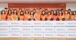 오렌지라이프 임직원들이 취약계층 아이들에게 신학기 선물상자 780개를 전달하고 기념촬영을 하고 있다